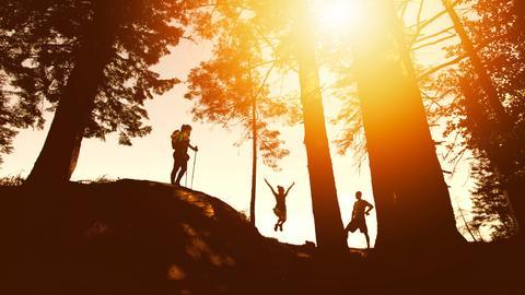 Familie beim Ausflug im Wald
