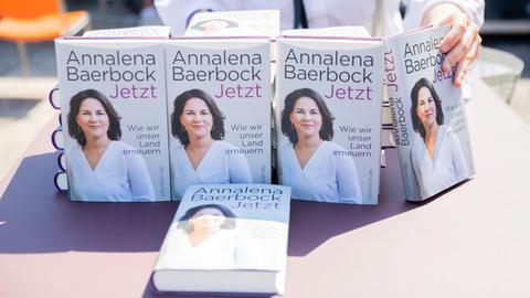 Das Buch der grünen Kanzlerkandidatin Annalena Baerbock «Jetzt. Wie wir unser Land erneuern» wird vor dessen Vorstellung auf einem Tisch aufgestellt.