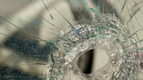 zerstörtes Fenster eines historischen Eisenbahnwaggons im Hafen von Magdeburg