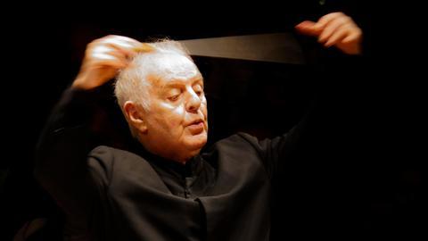 Daniel Barenboim dirigiert.