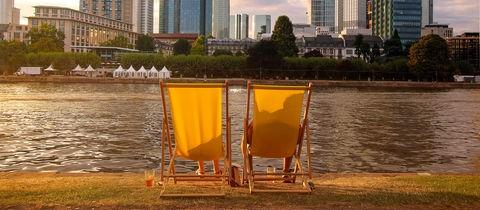 Zwei Liegestühle vor der Skyline von Frankfurt