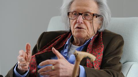 Der Schriftsteller Ralph Giordano sitzt am 20.03.2013 in Hamburg vor dem Senatsempfang zu seinem 90. Geburtstag im Gästehaus des Senats.
