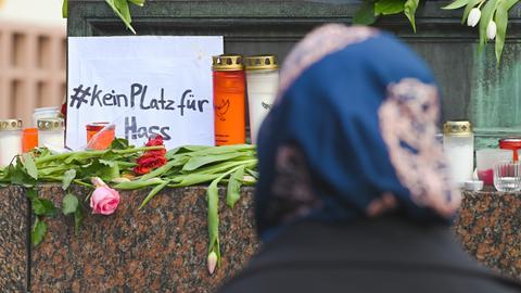 """Schild """"Kein Platz für Hass"""" in Hanau"""