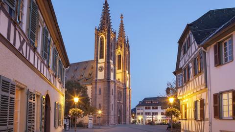 Geisenheim: Rheingauer Dom am Marktplatz, am Abend
