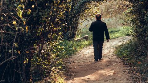 Mann geht durch den Wald