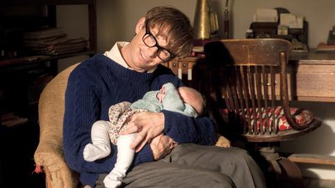 """Eddie Redmayne als Stephen Hawking in einer Szene des Kinofilms """"Die Entdeckung der Unendlichkeit"""""""