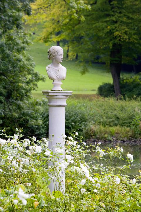 Statue von Susette Gontard, der Geliebten des Dichters Friedrich Hölderlin, in Bad Driburg