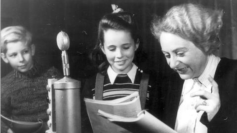 Aufnahme für den Kinderfunk mit der legendären »Tante Jo« - Josefine Klee-Helmdach (Leiterin des hr-Kinderfunks von 1946 bis 1968)