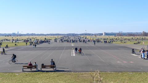 Spaziergänger auf dem Tempelhofer Feld in Berlin im Februar 2021