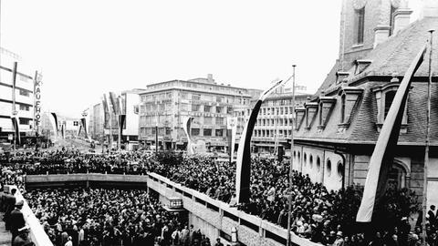 "Eröffnung der Frankfurter U-Bahn 1968 am U-Bahn-Eingang ""Hauptwache"""