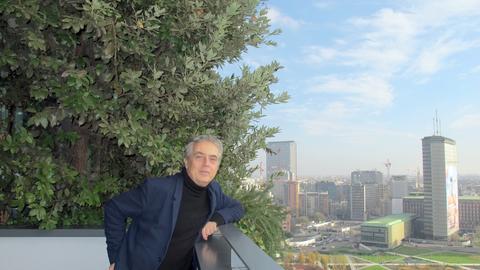 """Der Mailänder Architekt Stefano Boeri steht auf einem Balkon seines """"Bosco Verticale"""" (vertikaler Wald)."""