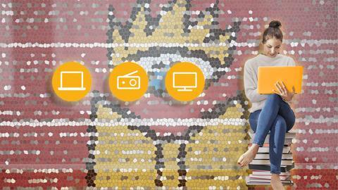 Junges Frau sitzt mit Laptop in der Hand auf einem Bücherstapel