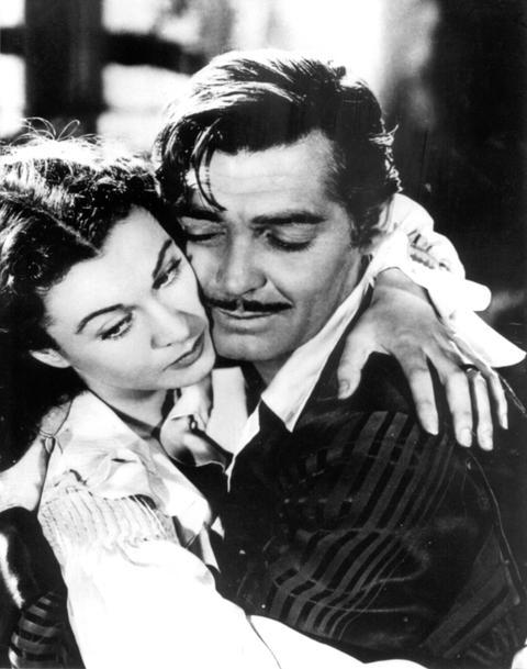 """Liebesszene zwischen Scarlett O'Hara (Vivian Leigh) und Rhett Butler (Clark Gable) in dem Film """"Vom Winde verweht""""."""