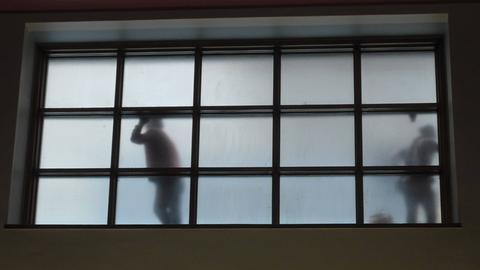 Wartende am Fenster