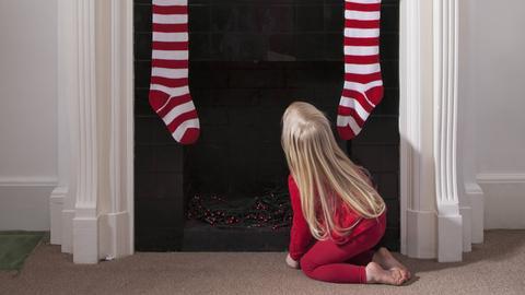 In englischsprachigen Ländern kommt der Weihnachtsmann durch den Kamin und lässt seine Geschenke in den aufgehängten Socken.