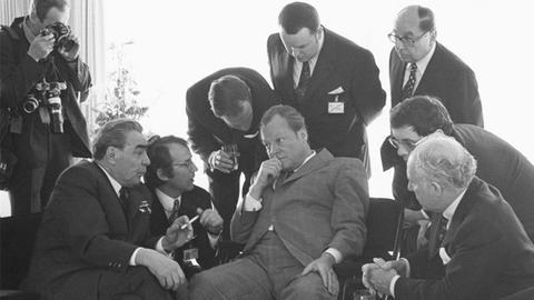 Willy Brandt (M.) und Leonid Breschniew (li.)