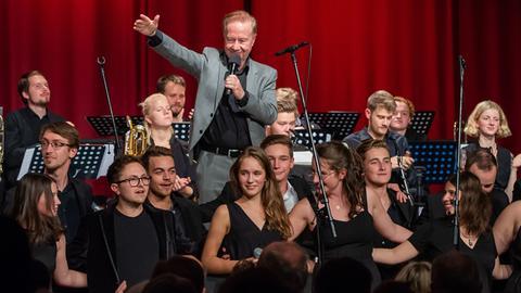 Wolfgang Diefenbach mit Mitgliedern aus allen Formationen des Landes Jugend Jazz Orchesters Hessen.