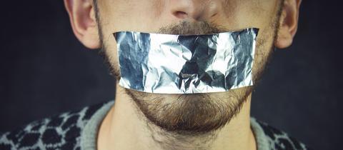 Zugeklebter Mund - Meinungsfreiheit - Symbolbild