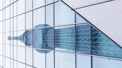 Spiegelung in Hochhausfassade