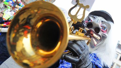 Mann mit Trompete im Karneval