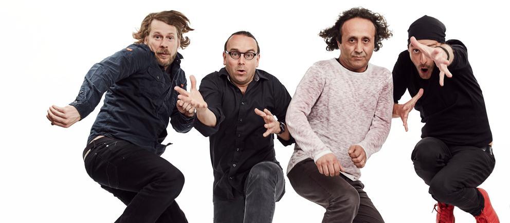 Vier Männer springen in die Luft