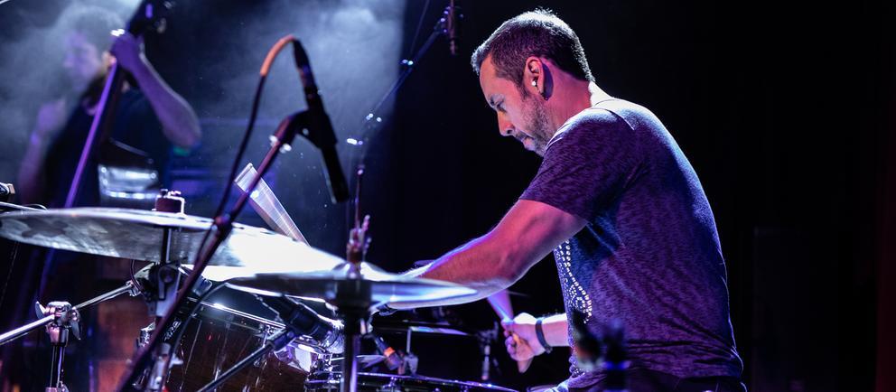 Mann sitzt an einem Schlagzeug