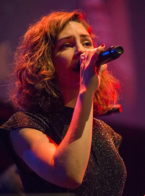 Junge Frau mit Mikrofon