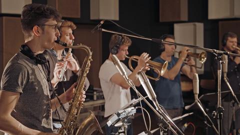 Junge Jazzmusiker vor Mikrofonen