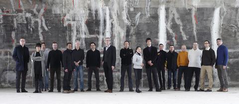 Ensemble Modern vor einer Betonwand