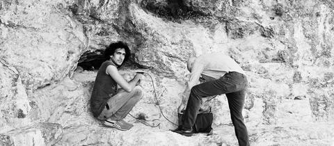 Tarek Atoui und Chris Watson neben der Höhle der Persephone im Tempel von Elefsina (Griechenland), Juni 2015