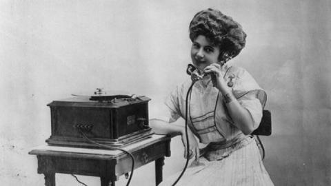 Frau am Magnetplatten-Rekorder von 1901